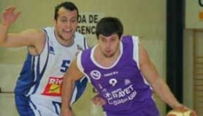 Néstor Zamora defiende a Matt Witt (Foto: La Nueva Alcarria para River Andorra)
