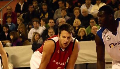 Cusworth mira el tiro libre del Meridiano Alicante (foto:Dani Gil)