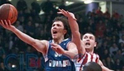 Marko Tomas se zafa de la defensa griega para anotar (cibona.com)