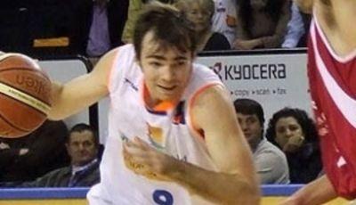 Josep María Guzman conduce el balón (Foto: ViveMenorca)