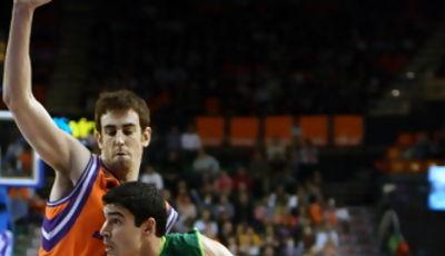 Saúl Blanco trata de superar la defensa de Víctor Claver (Foto: Lafargue)