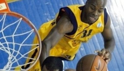 Melvin Sanders observa a Chris Owens elevándose para coger el rebote (Foto: Eurocupbasketball)
