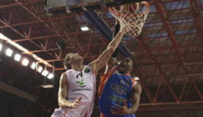 Aloysius Anagonye machaca el aro ante Kaspars Berzins (Foto: FEB.es)