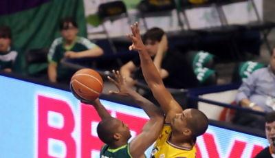 Eulis Báez intenta taponar a Zabian Dowdell (ACB Photo/M. Pozo)