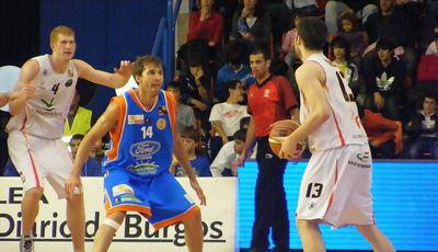 Alberto Miguel defiendo a Xavi Forcada (Foto: Pablo Romero)