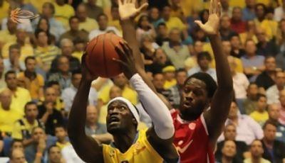 Doron Perkins intenta la canasta ante la oposición de Jeremy Pargo (Foto www.basket.co.il)