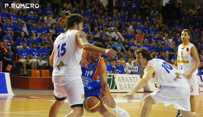 Manu Gómez busca el aro ante Caio Torres (Foto: Pablo Romero)