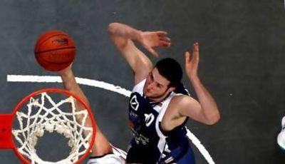 Tibor Pleiß lucha por el rebote ante Seth Doliboa (Foto: beko-bbl.de)