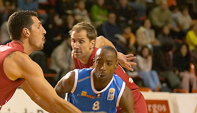 Tony Smith, rompiendo la defensa de Burgos (Foto: César Martín)