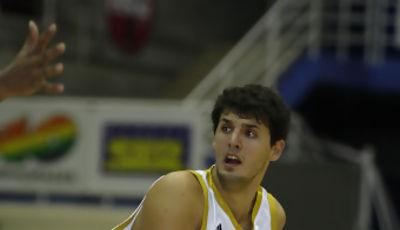 Nikola Mirotic proteje el balón (Realmadrid.es)