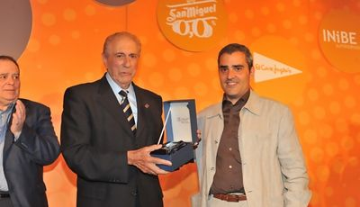 Enric Piquet homenajeado después de 26 años en el cargo con presidente de la Federación Catalana de Baloncesto. Récord en España ¿y en Europa?