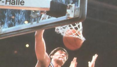 Hay que hacer memoria pero Arvydas Sabonis también tuvo musculos y saltaba como un alero, esta foto es testigo