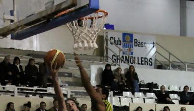 Roger Vilanova tratando de dejar la bandeja (Foto: basquetmaniatic)