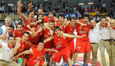 Los jugadores españoles celebran la consecución de la medalla de bronce (Foto: FIBA Europe/Castoria/Marchi)