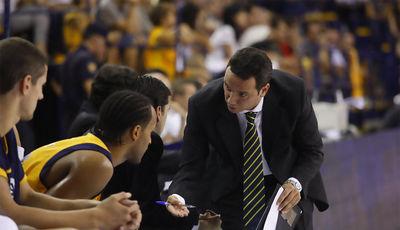 Carlos Frade dirigiéndose a Marcus Norris en el banquillo (Foto: cbgrancanaria.net)
