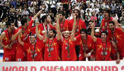 Los jugadores celebran el título conseguido en el Mundobasket Japon 2006