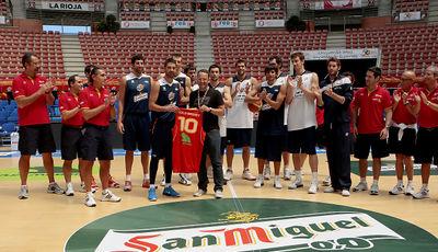 Solobasket.com recibe un homenaje de la selección española. Foto: Carlos M. Picazas/FEB