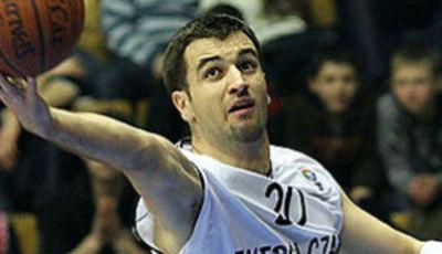 Mateo Kedzo soltando el rectificado (Foto: FIBA Europe)