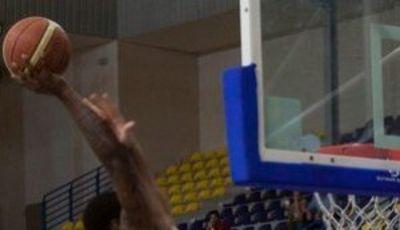 Robert Glenn intentando machacar ante los 2,22 de Sinanovic (Foto: Club Melilla Baloncesto)