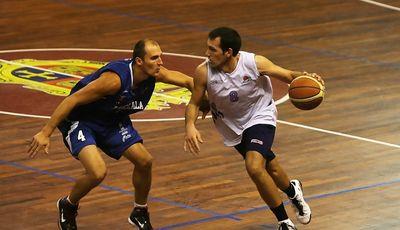 Carles Bravo 'tripite' en Palencia. En la imagen, presionado por Pakamanis (Foto: Palencia Baloncesto)