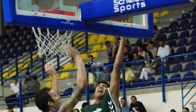 Jhornan Zamora intenta anotar en esta pretemporada ante Nacho Romero (foto Baloncesto Melilla)