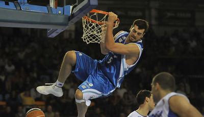 Espectacular mate de Tskitishvili (ACB Photo/David Arquimbau)