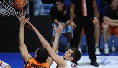 Batista anota ante Barac (ACB PHOTO / Lino González)