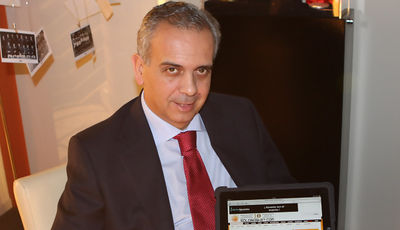 José Luis Sáez, presidente de la FEB, en su despacho posando con un pantallazo de Solobasket.com <br>