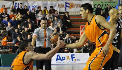 Gustavo Ayón ayuda a Esteban Batista (foto: LCGIL)