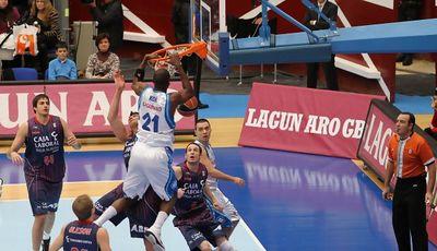 Kone con la cabeza a la altura del aro (ACB Photo/Luís García)