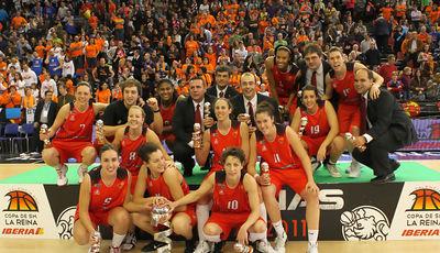 Las jugadoras del Rivas celebran el título (Foto: Cipriano Fornas/FEB)