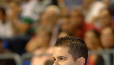 Rafa Sanz, pensativo en la banda