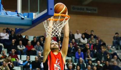 Vitor Faverani castigando el aro (Foto: Efedos/Javier Bernal)