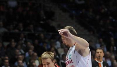 Chad Toppert penetra ante Teletovic (ACB PHOTO / Lino González)
