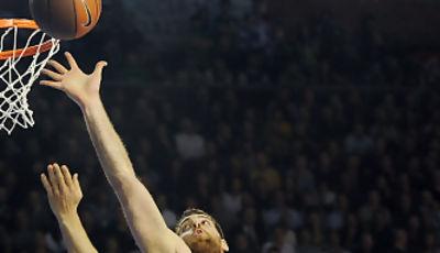 Kostas Kaimakoglou intenta taponar un tiro forzado de Jaka Lakovic. foto: victorsalgado.com