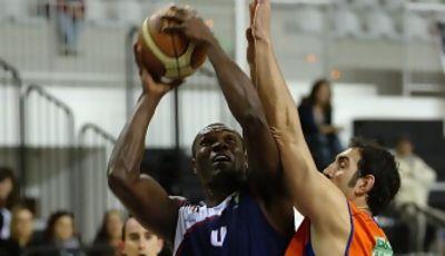 Odiakosa intenta superar a Manu Gómez (Foto: César Borja)