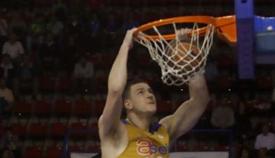 Caner-Medley se cuelga del aro (ACB Photo: Tolo Parra)