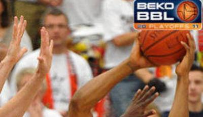 Rey Terry (Brose Baskets) intenta salvar la posesión ante la presión de de Artland (Foto: beko-bbl.de)