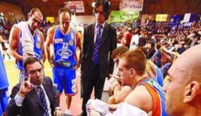 Andreu Casadevall dándole órdenes al Ford Burgos en un tiempo muerto (JESÚS JAVIER MATÍAS / Diario de Burgos)