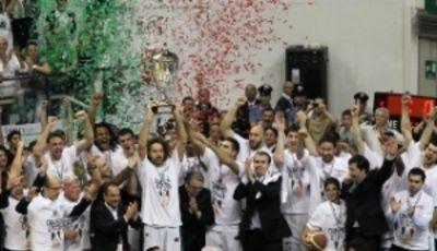 La Mens Sana celebra su quinto scudetto (Foto www.menssanabasket.it)