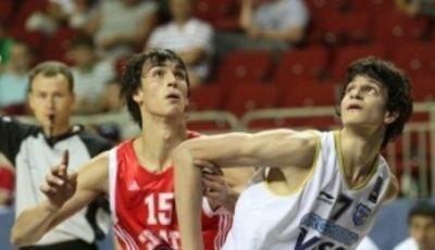 Saric y Giorgetti pugnan por un rebote (Foto: FIBA.com)
