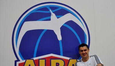Mauricio Parra con el escudo de Alba de Berlin de fondo