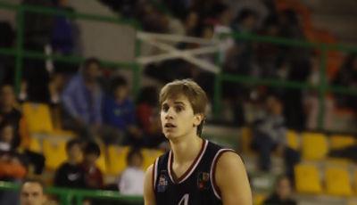 Fran Cárdenas botando el balón (Foto: COB)