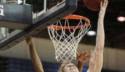 Mark Payne anota a aro pasado ante un oponente (Foto: UC Davis University)