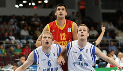 Muurinen y Koivisto cierran el rebote a Bjelica. Finlandia fue la gran sorpresa de la primera fase (Foto FIBA Europe/Castoria/Matthaios)