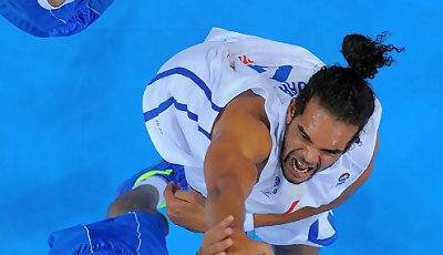 Joakim Noah machaca con fuerza (Foto FIBA Europe/Castoria/Wiedensholer)