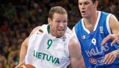 Songaila ante Fotsis (Foto FIBA Europe/Castoria/Kulbis)