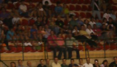 Carles Bravo conduciendo el balón (Foto: Diario Palentino)