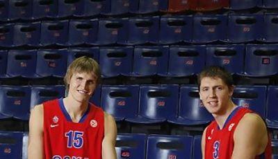Alexei Kirilenko y Viktor Krhyapa posan con un kalashnikov (foto: cskabasket.com)