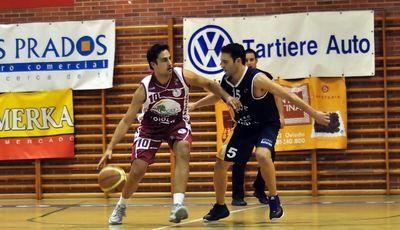 Joseba Ibargutxi, buscando linea de pase<br> (Foto Chema Gonzalez)